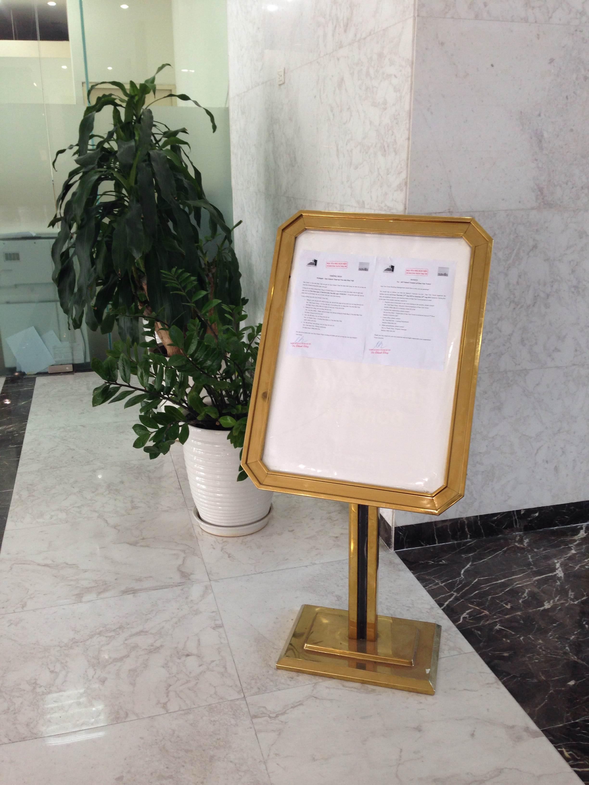 Bảng chào đặt ở sảnh tòa nhà khách sạn