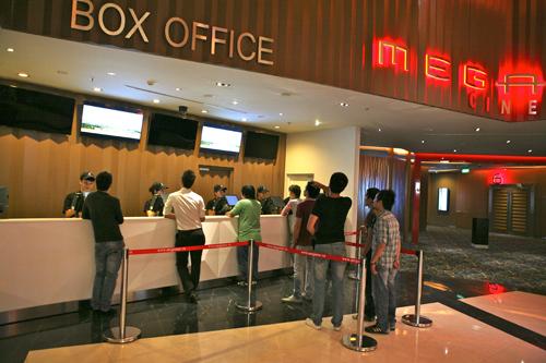 Cột chắn inox ở rạp chiếu phim