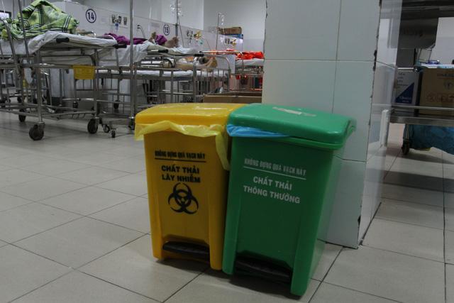 Sử dụng thùng rác trong bệnh viện
