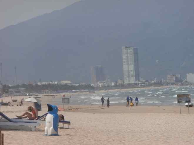 Thùng rác lắp đặt ở khu du lịch biển