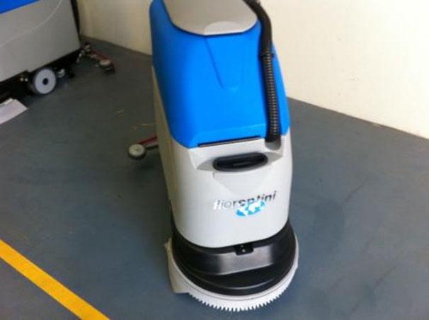 Nhà sạch bóng với máy cọ rửa sàn