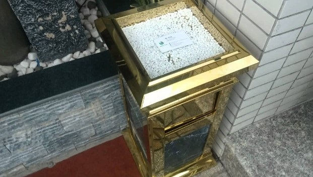 Thùng rác đá inox mạ vàng đá đen