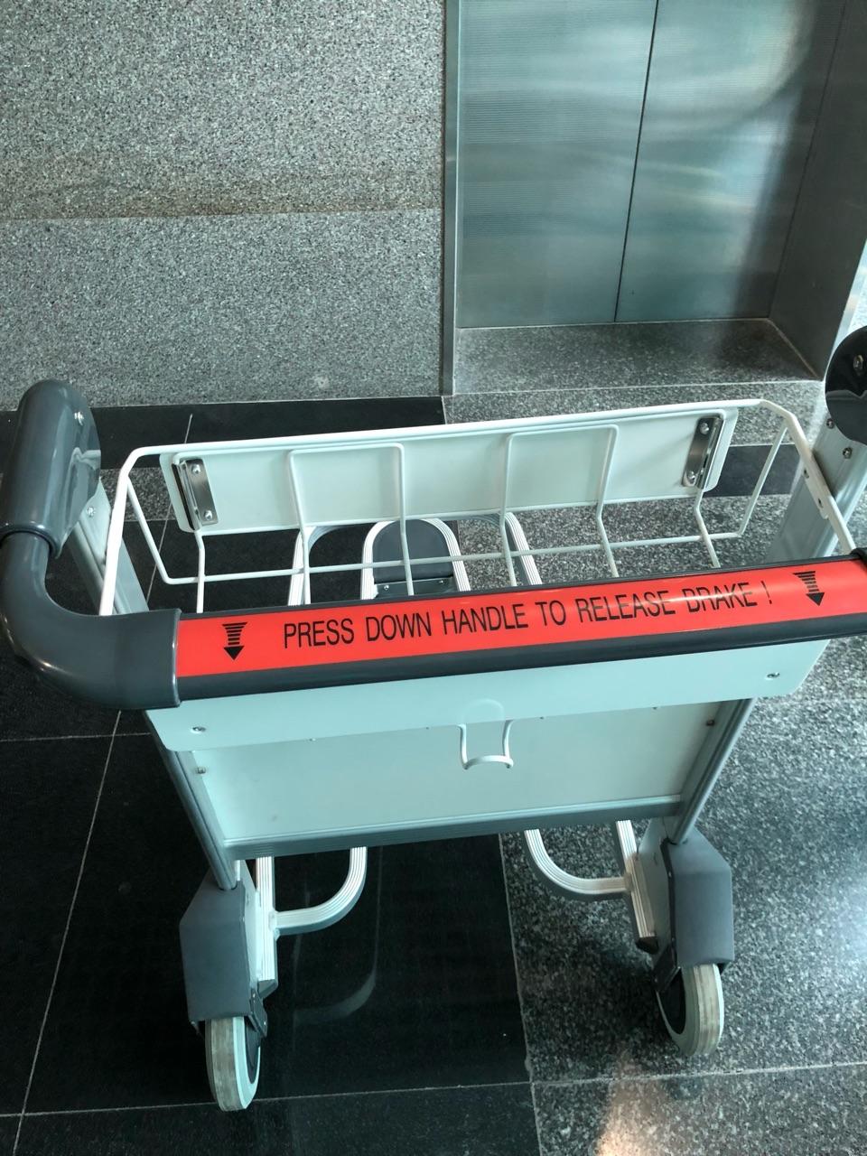 xe đẩy hành lý sân bay nhập khẩu